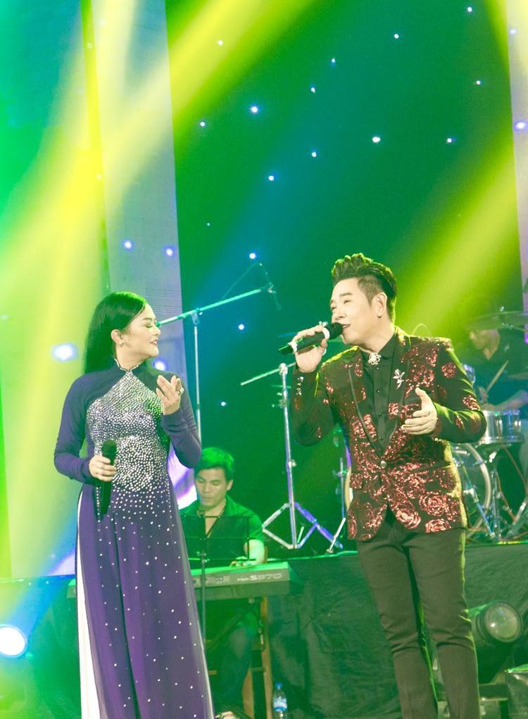 """Nam ca sĩ kể ngày còn bé mình thường dành dụm tiền ăn sáng nhiều ngày liền để mua CD của Như Quỳnh vì rất hâm mộ """"đàn chị""""."""""""