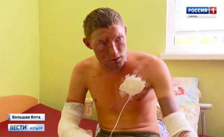Hôn phu của Alexandra, Evgeny Bondaruk, 24 tuổi, bị cảnh sát theo dõi nghiêm ngặt trong bệnh viện. Ảnh: east2west news