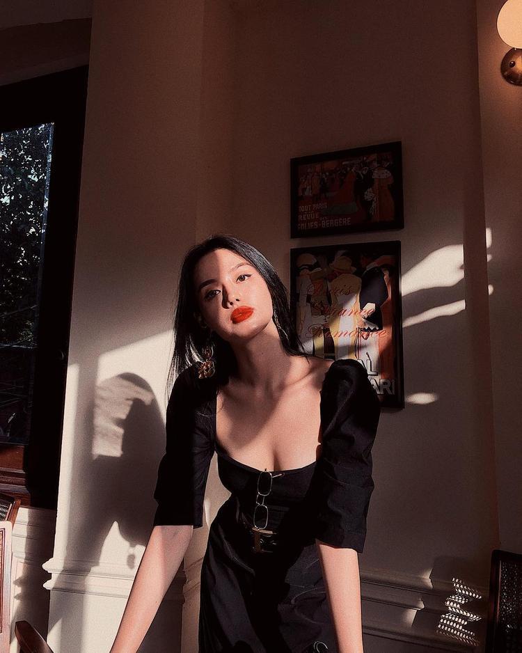 Khánh Linh The Face e ấp khoe vòng 1 trong kiểu váy cổ sâu, vai bồng nhẹ nhàng.