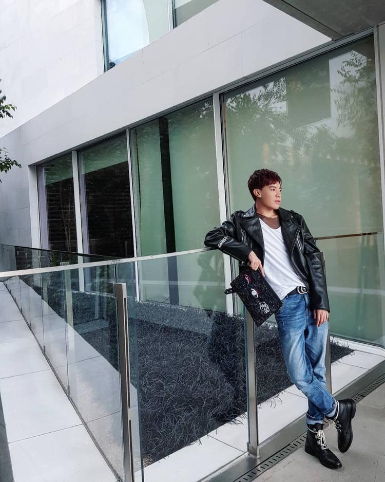 """Stylist Mạch Huy diện street style """"chất phát ngất"""" gồm áo khoác da và quần jeans. Tất cả những phụ kiện đi kèm đều được anh chàng kết hợp một cách hợp lí, vừa thời trang, vừa nam tính."""