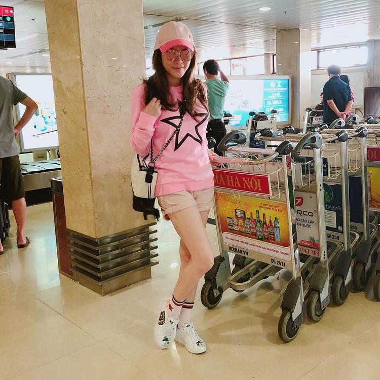 """Lý Nhã Kỳ trẻ trung với thời trang sân bay được nhuộm hồng toàn tập. Sở hữu nhan sắc """"không tuổi"""", dù sang trọng hay trẻ trung, cô cũng dễ dàng """"ghi điểm""""."""