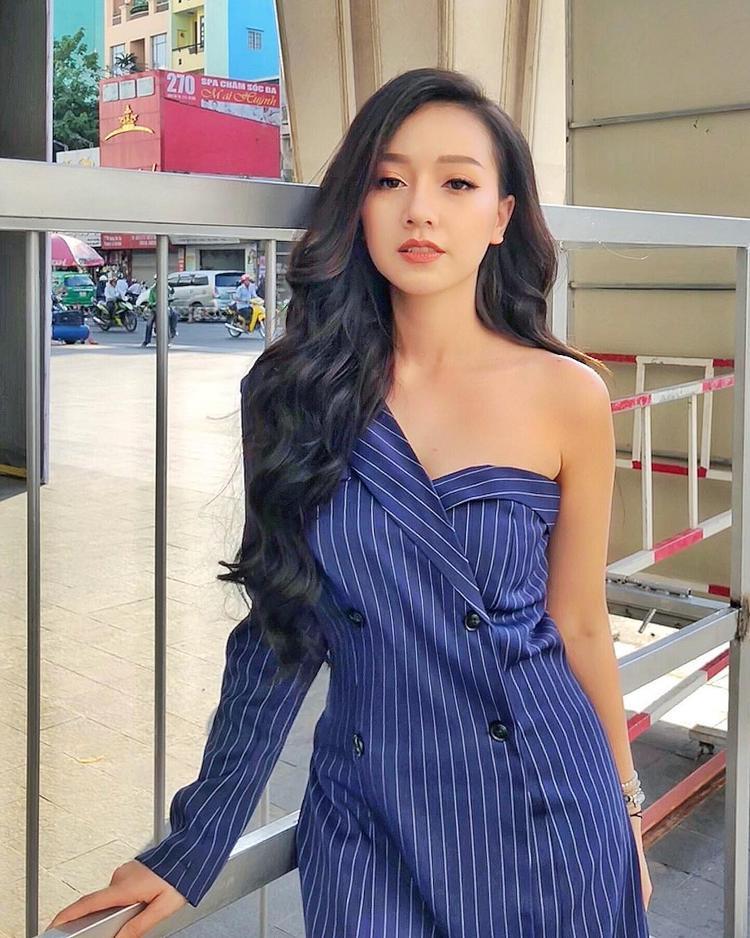 Băng Di khoe nét ngọt ngào trong chiếc váy bất đối xứng. Cô nàng cũng kết hợp cùng kiểu tóc xoăn nhẹ nhằm tôn lên khuôn mặt trái xoan.