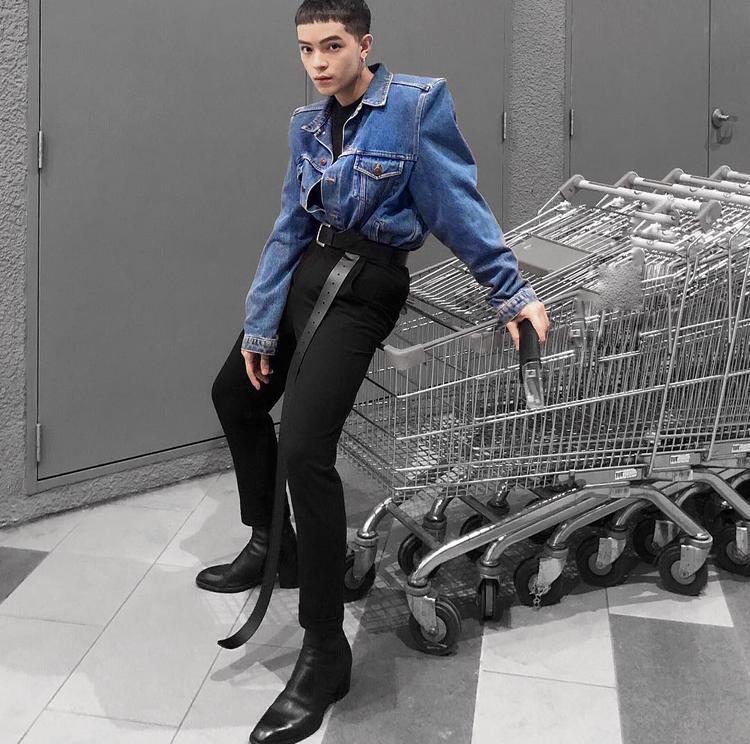"""Kelbin tiếp tục khiến các tín đồ thời trang """"phát cuồng"""" cùng combo áo khoác độn vai và quần skinny đen ôm sát, điểm nhấn là sợi dây thắt lưng dài cả mét cực lạ."""