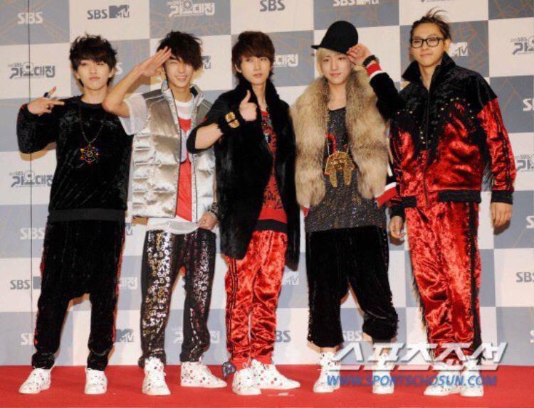Giật mình vì BIGBANG, DBSK, NCT, Red Velvet, T-Ara cũng có những lúc ăn mặc dị đến khó hiểu