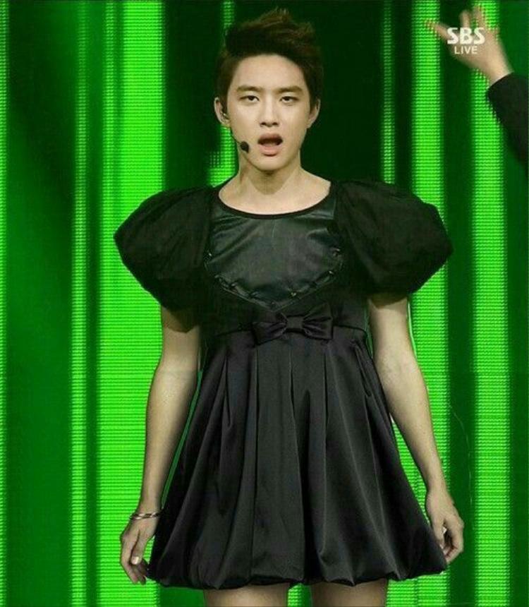Fan EXO còn 'tốt bụng' edit thành chiếc váy siêu ngắn.