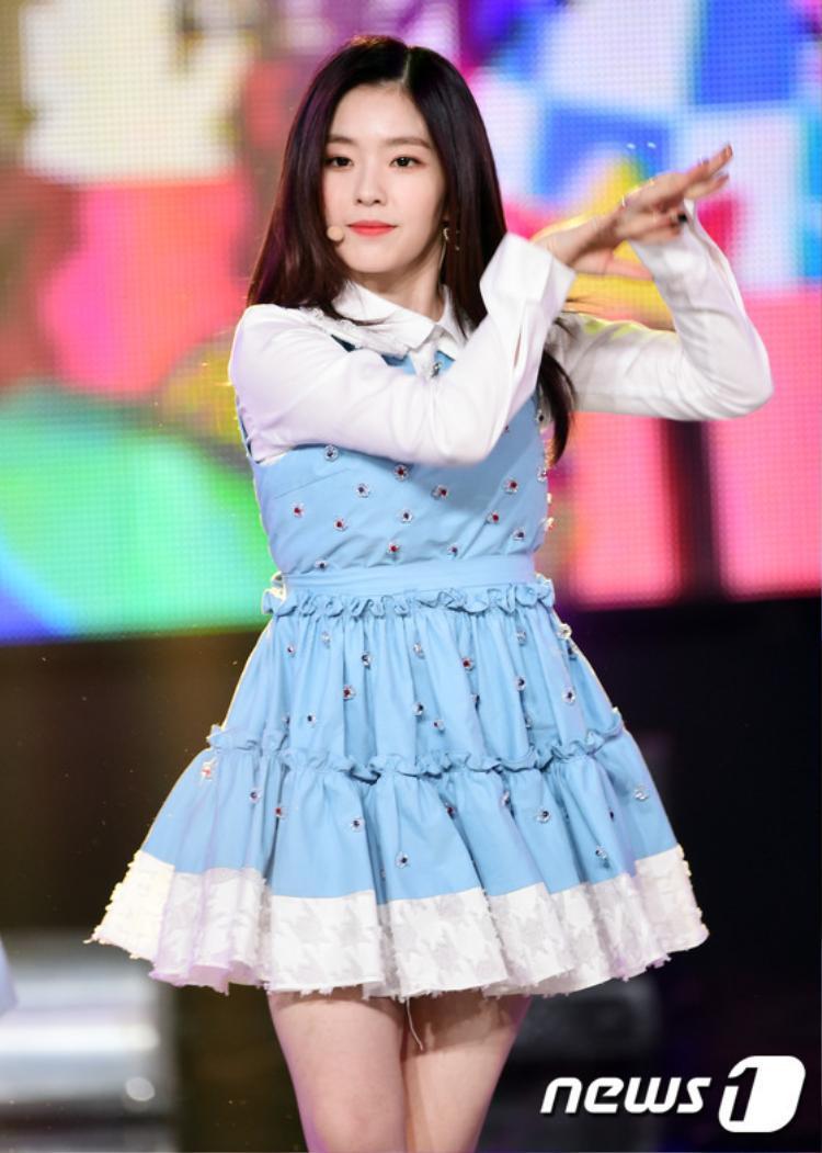 Chiếc váy bèo nhún vừa cầu kỳ vừa nặng nề cũng là 1 item bị fan Red Velvet ghét bỏ.