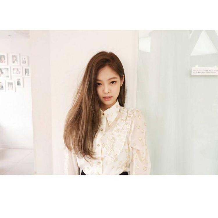 Mặt không makeup với mái tóc thẳng buông xõa nhìn cô nàng cực kì dễ thương và tự nhiên