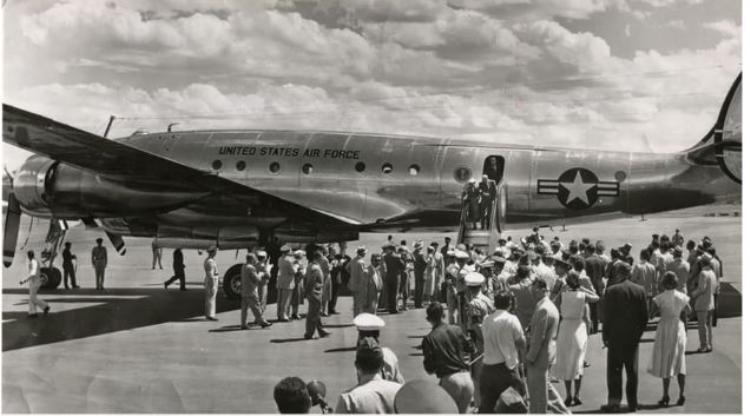 Tổng thống Dwight Eisenhower cùng đệ nhất Phu nhân Mamie Eisenhower bước ra từ chiếcColumbine II, năm 1953. Ảnh:City of Marana