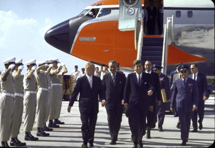 Ngài John F. Kennedy và Lyndon Johnson cùng chiếc chuyên cơ mang màu cam đặc trưng của Không quân Mỹ. Ảnh: Getty Images