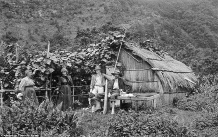 Bà Frederica Bell và các con. Bức ảnh được chụp vào năm 1908. Ảnh: Dailymail.
