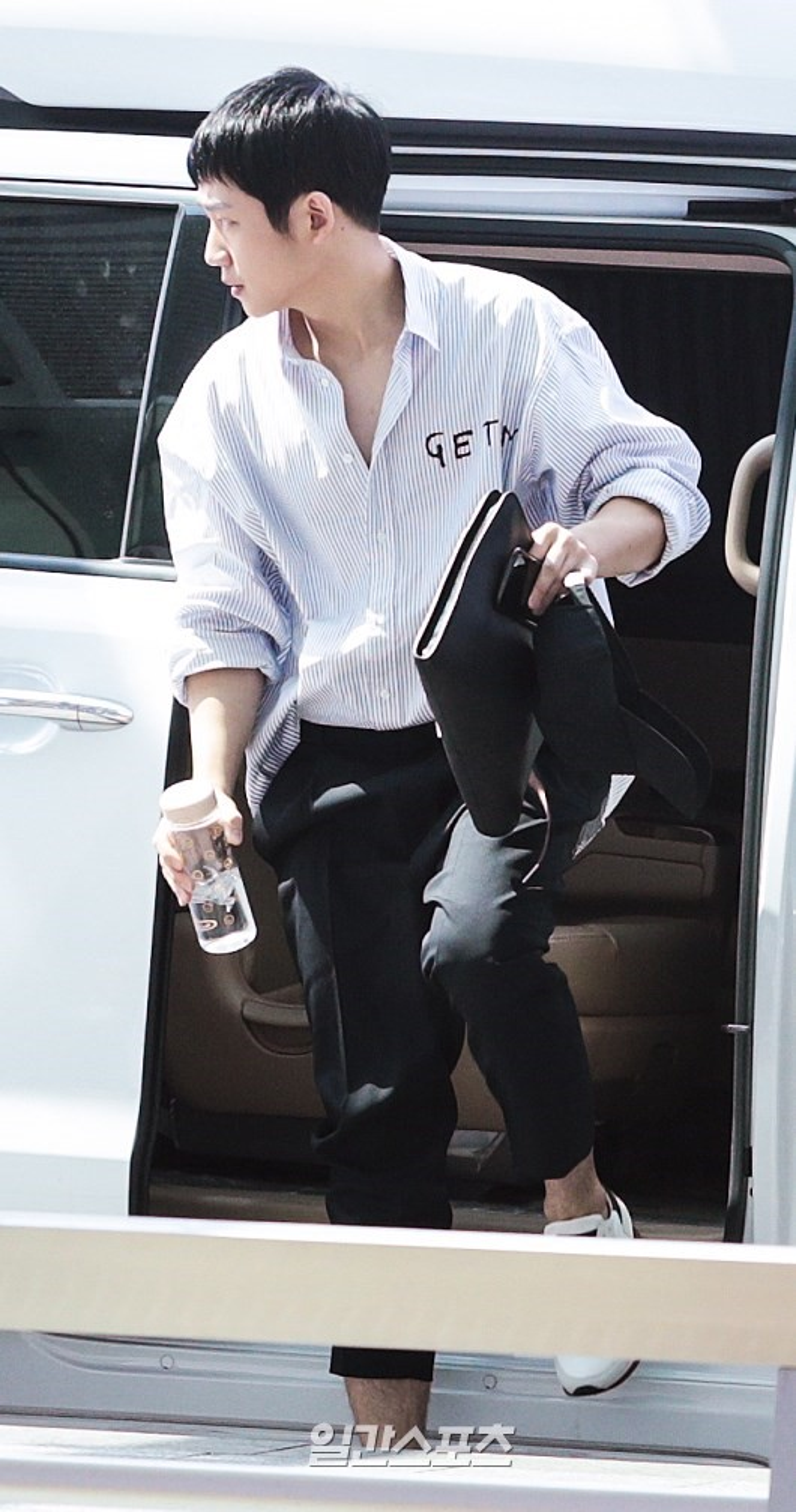 """Nam ngôi sao mới """"nổi đình nổi đám"""" Jung Hae In sau bộ phim truyền hình """"Chị đẹp mua cơm ngon cho tôi"""" cùng """"Tình đầu quốc dân"""" Son Ye Jin cũng có mặt ở sân bay."""