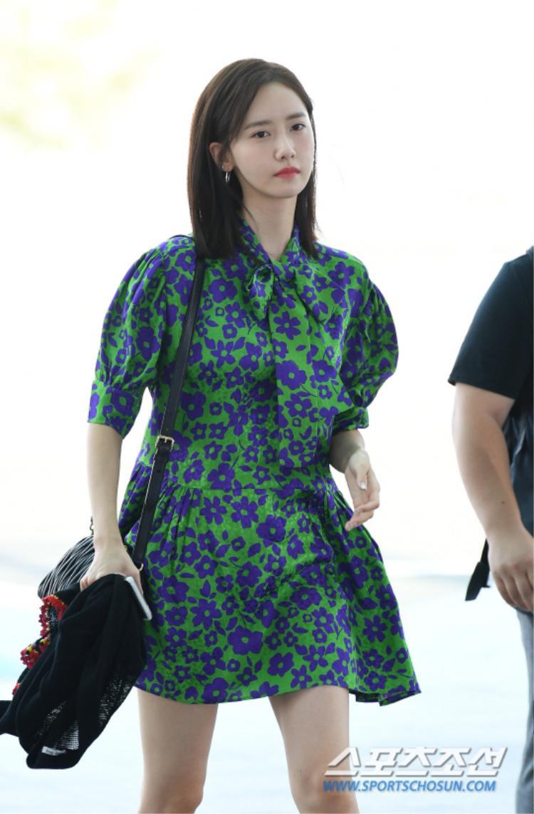 Trong khi đó, Yoona vô cùng thon thả khi diện trên người bộ váy hoa màu xanh. Trang phục tối màu làm nổi rõ làn da trắng trẻo của nữ ca sĩ.