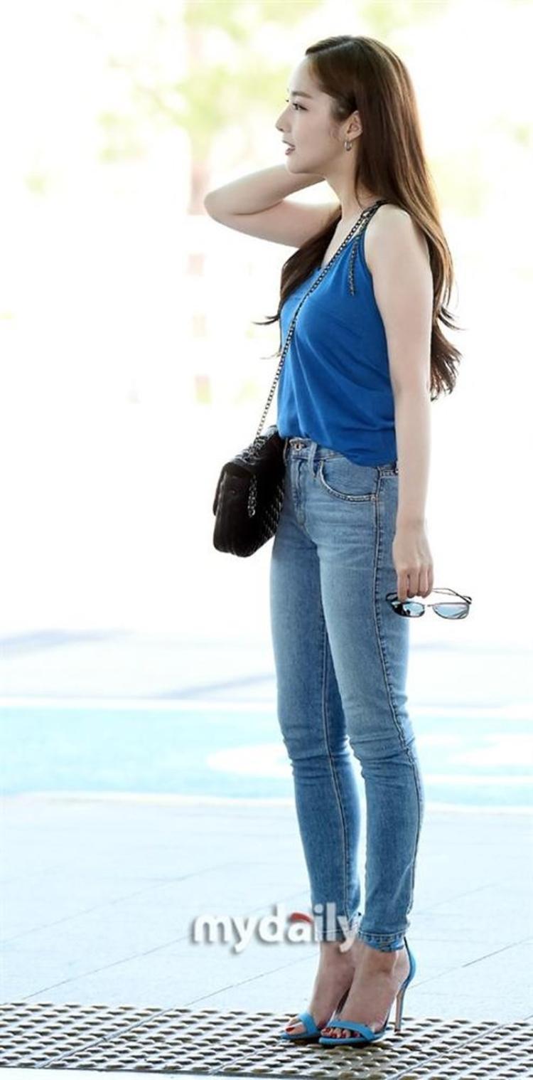 Người đẹp chọn lựa kiểu giày thanh mảnh tiệp màu đi cùng và để tóc xõa duyên dáng, nữ tính giống hệt với nhân vật Thư kí Kim trong phim.