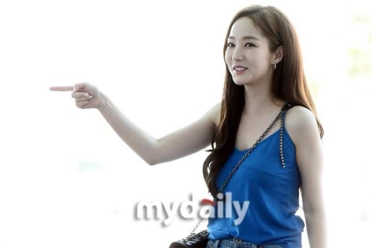 Thư ký Kim Park Min Young bắn tim với fan, xuất hiện gợi cảm sau tin đồn hẹn hò