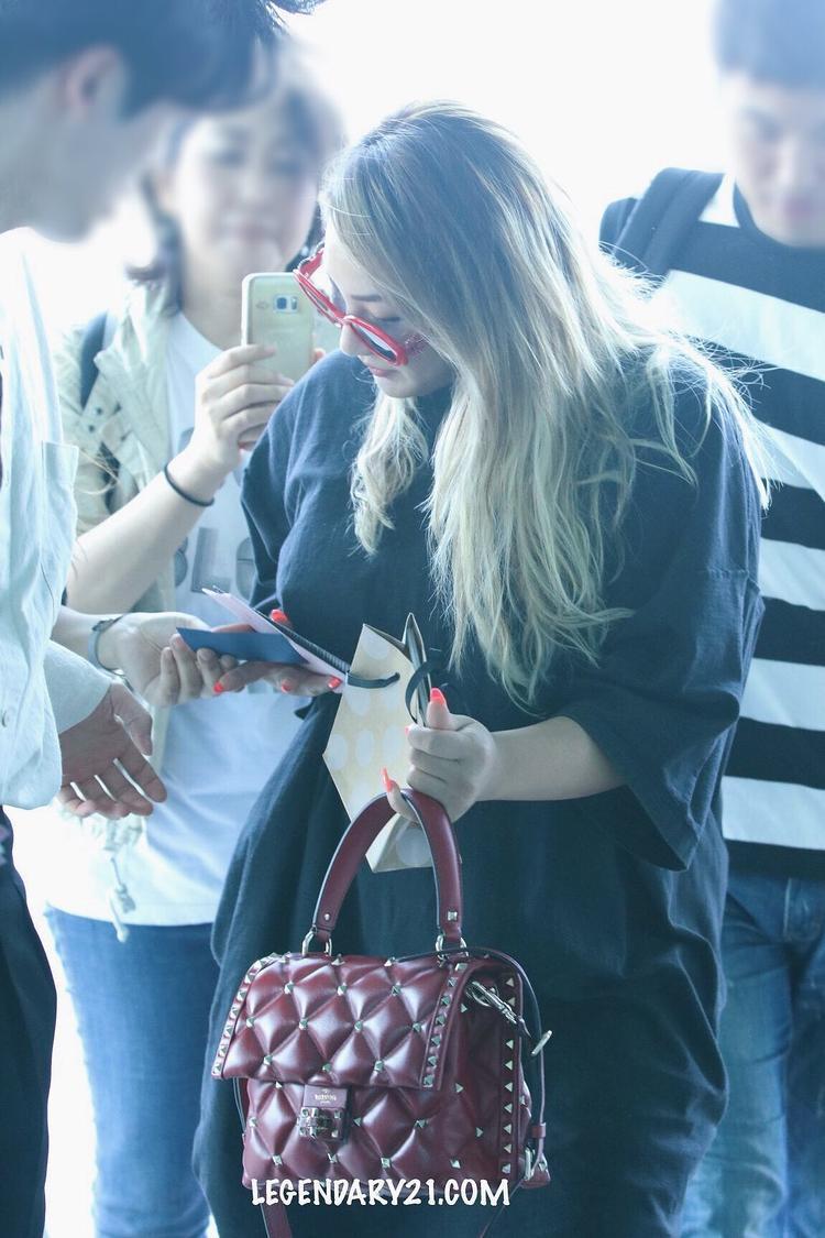 Hình ảnh mới nhất của CL vào ngày 3/8 tại sân bay Incheon để bay đến Singapore.