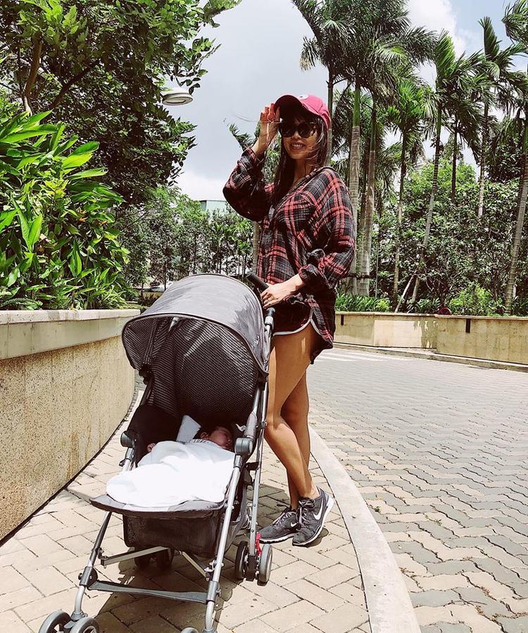 """Trước khi hạ sinh con gái đầu lòng, Hà Anh vốn được biết đến với vẻ đẹp gợi cảm và được mệnh danh là chân dài có body đẹp nhất showbiz Việt. Thời gian chuẩn bị kết hôn, Hà Anh từng ái ngại việc sinh nở sẽ hủy hoại vóc dáng """"trời phú"""" của cô. Và cóý tưởng nhờ người mang thai hộ để giữ dáng."""