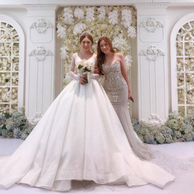 Huỳnh Mi (mặc áo cô dâu) và em gái Huỳnh Ân trong đám cưới của mình.