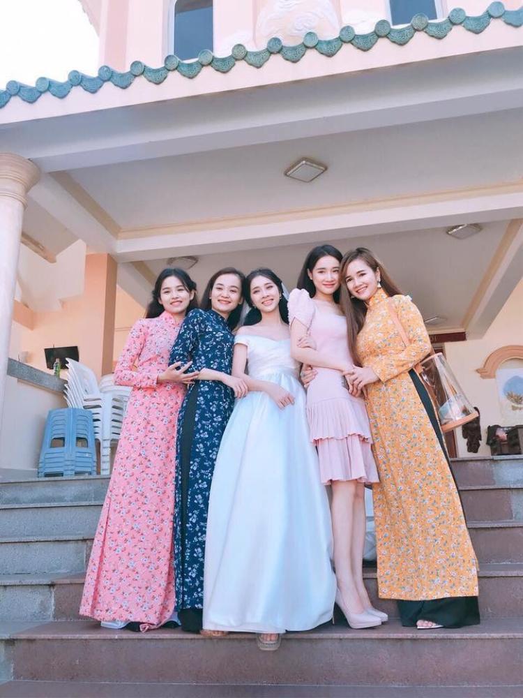 Em gái của Nhã Phương tên là Phương Anh, sinh năm 1992 và học tại khoa Diễn xuất của ĐH Sân khấu Điện ảnh.