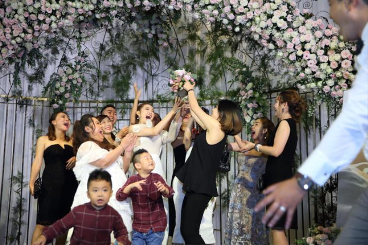 Theo lời của nữ ca sĩ chia sẻ thì thời gian đó cô khá bận rộn khi vừa lo công việc ghi hình The Face, vừa cùng gia đình tổ chức ngày đặc biệt cho Minh Hải.