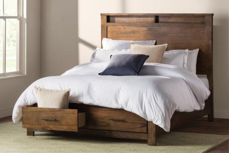 Thiết kế khá độc đáo, chiếc giường này có phần dưới như một chiếc tủ với nhiều ngăn kéo. Thiết kế đơn giản bằng gỗ cũng là điểm nhấn cho chiếc giường này.