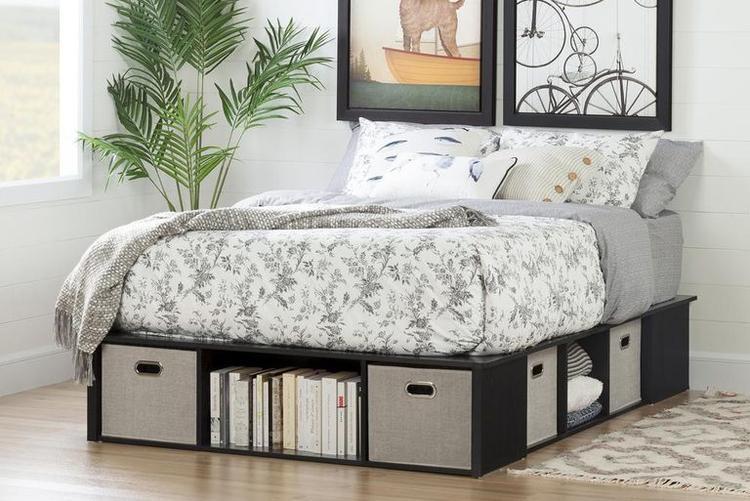Tiếp tục là chiếc giường tích hợp tử để dựng sách, quần áo hay nhiều vật dụng khác giúp tiết kiệm không gian cho căn phòng.
