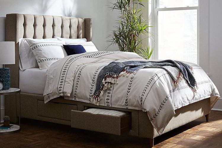 Chiếc giường với những ngăn kéo giúp bạn đựng gối, sách hay những vật dụng khác theo ý muốn của mình.