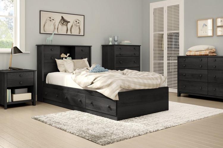 Chiếc giường màu đen với nhiều ngăn kéo cả phía dưới và phía đầu giường đựng được khá nhiều đồ khác nhau theo mong muốn của người sử dụng.