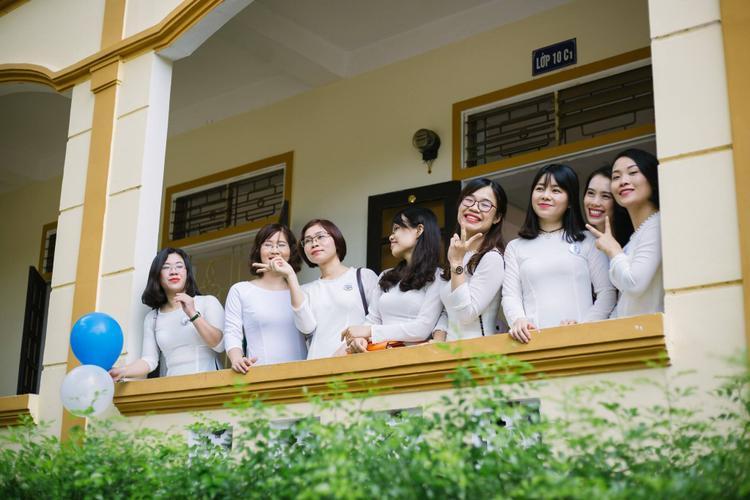 15 năm đã trôi qua kể từ ngày ra trường nhưng các bạn nữ lớp chuyên Văn vẫn còn khá trẻ trung.
