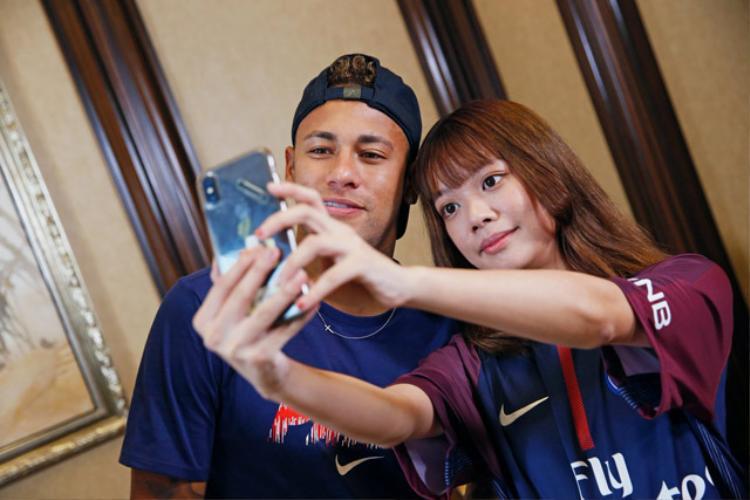 Neymar chụp ảnh với fan nữ xinh đẹp.