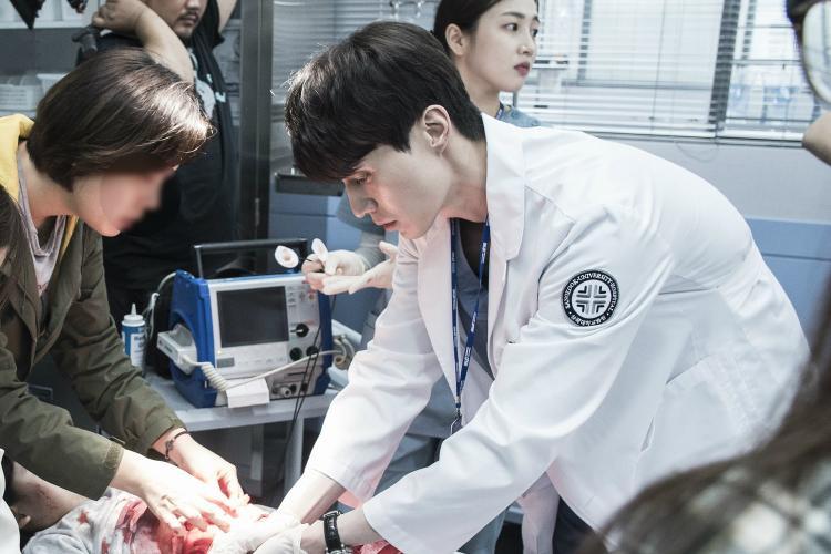 Biểu cảm gương mặt thận trọng như thể Lee Dong Wook đã thực sự hoá thân vào một nam bác sĩ đang trong tình trạng khẩn cấp để cứu sống tính mạng bệnh nhân.