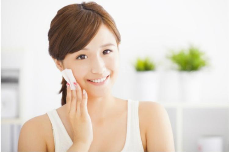 Việc làm sạch và dưỡng ẩm cho da mỗi tối là thói quen không thể thiếu với các cô gái Nhật Bản.