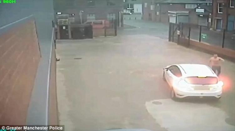 Marler cố gắng cướp một chiếc xe.