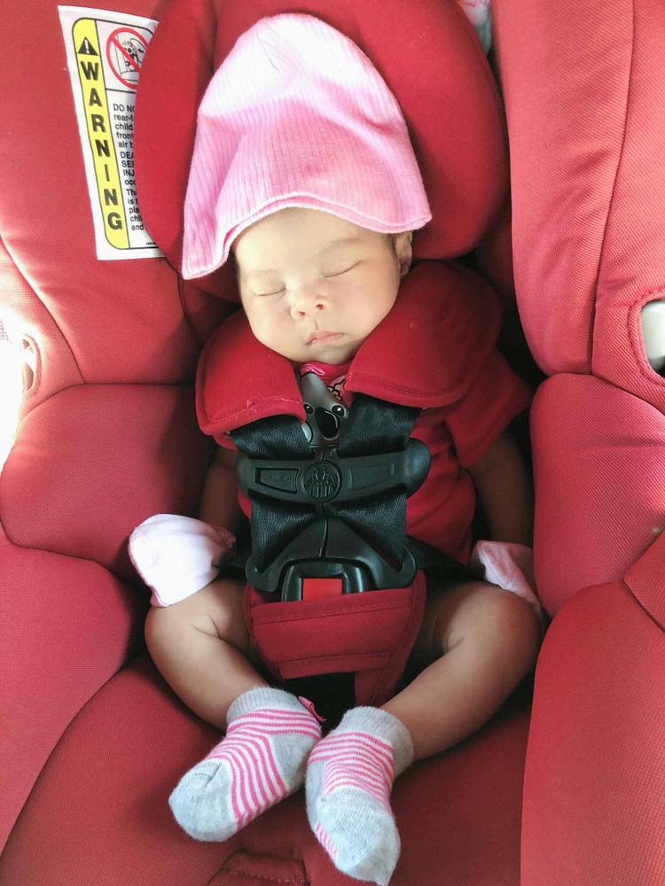 Con gái Thanh Thảo mới hai tuần tuổi đã rất cứng cáp, được mẹ cho ngồi ghế an toàn, đi chơi cuối tuần cùng gia đình.