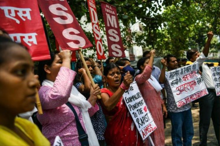 Người dân Ấn Độ biểu tình phản đối nạn cưỡng hiếp phụ nữ và trẻ em gái. Ảnh: AFP