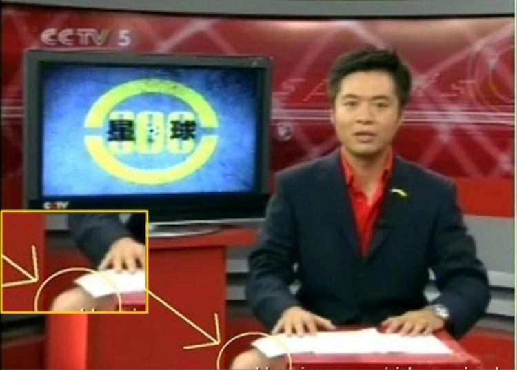 Các MC/BTV nước ngoài cũng có những ảnh hậu trường hài hước không kém. Điển hình là anh MC này, anh ấy cũng mặc áo vest, nhưng có vẻ lại mặc quần đùi ở bên dưới.