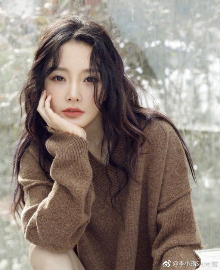 """…thế nhưng cô cũng như Đổng Khiết và Huỳnh Dịch, bị khán giả """"ném đá"""" không thương tiếc sau khi bị phanh phui bằng chứng ngoại tình."""