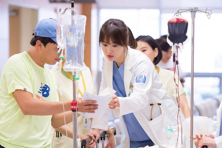 Vai diễn bác sĩ Kang trong Hậu duệ Mặt Trờikhông chỉ mang lại cho cặp đôi nhân vật chính một kết thúc có hậu mà còn góp phần lớn trong việc cứu vãn hình ảnh của Song Hye Kyo.