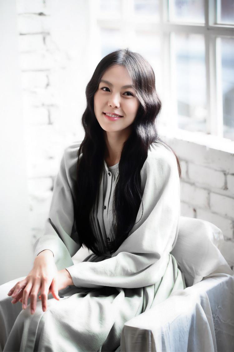 """Thế nhưng chẳng bao lâu sau Kim Min Hee lại phải đối diện với làn sóng """"tẩy chay"""" sau scandal tình ái với vị đạo diễn lớn tuổi đã có gia đình."""