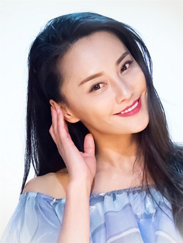Có vẻ bao nhiêu tốt đẹp cô đã dành trọn cho nhân vật của mình khi ngoài đời thực nữ diễn viên hết ngoại tình lại quay sang nói xấu chồng cũ là Ngô Kỳ Long.