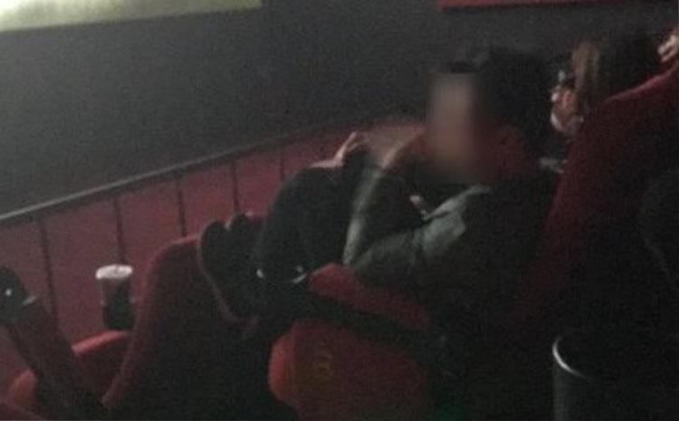 Một thanh niên có hành vi không đẹp trong rạp chiếu phim.