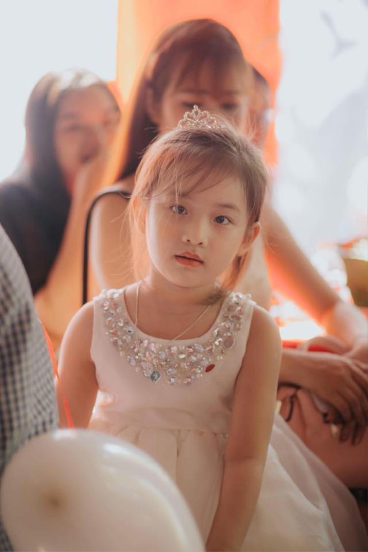 Một hình ảnh đáng yêu khác của cô bé.