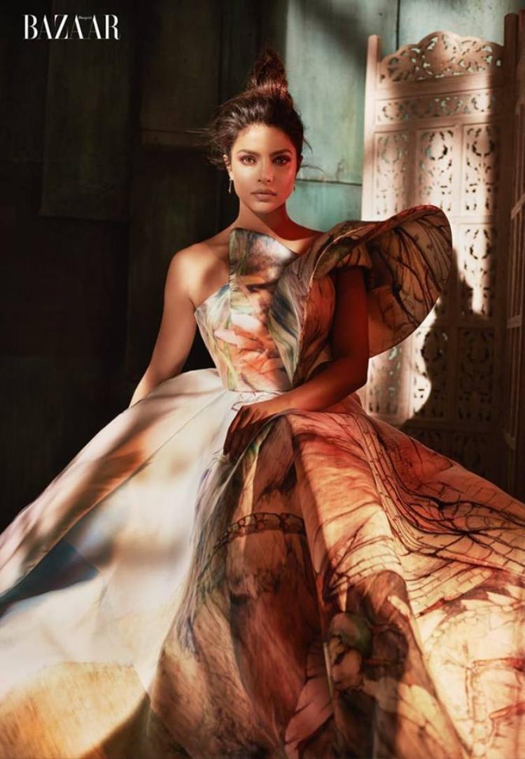 Hoa hậu Thế giới 2000 Priyanka Chopra được biết đến là bạn gái của ca sĩ nổi tiếng Nick Jonas cũng góp mặt trong bộ hình của anh.