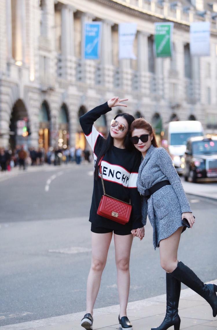Huyền Trang và em gái.