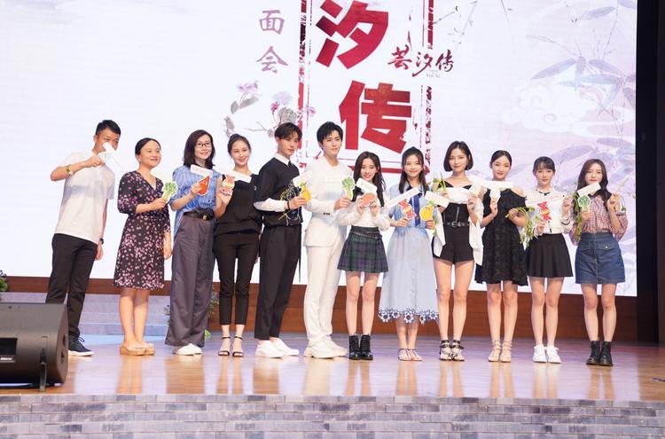 """Dàn diễn viên """"Vân Tịch truyện"""" chụp ảnh cùng nhà sản xuất, đồng thời thông báo lịch chiếu hai tập ngoại truyện sẽ lên sóng kênh IQY vào 20h ngày 15/8/2018"""