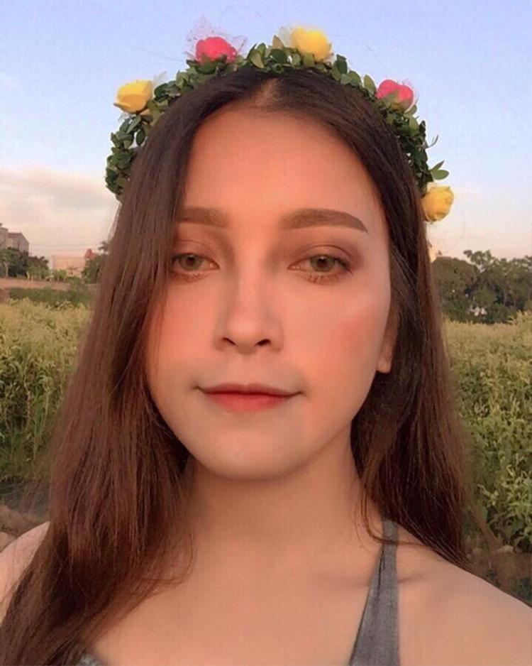"""Sau khi hình ảnh của nữ sinh này gây """"sốt"""" trên mạng xã hội, nhiều người ưu ái ví vẻ đẹp của Hằng với nữ diễn viên Trung Quốc Địch Lệ Nhiệt Ba. Tuy nhiên, cô bạn này vẫn giữ thái độ khiêm tốn cho rằng mình chưa đạt được đến đẳng cấp đó."""