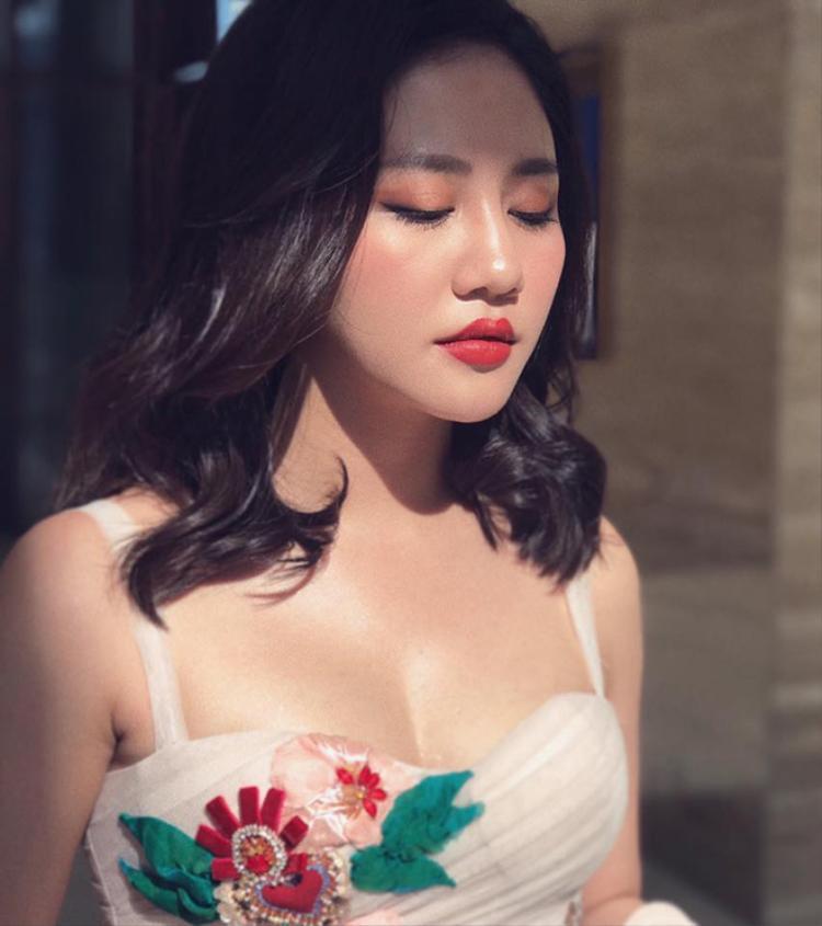 Cover cùng phần đệm đàn từ chính Khắc Hưng, clip của Văn Mai Hương được khán giả vô cùng yêu thích.