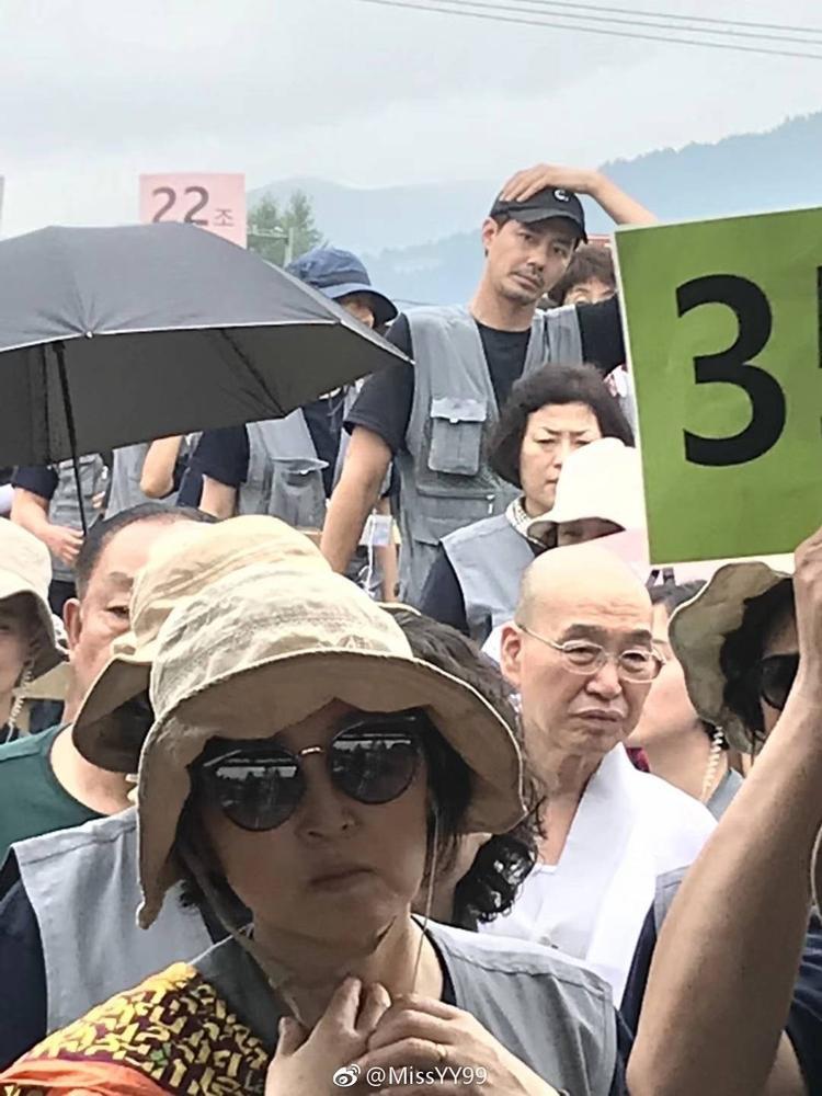 Fan bắt gặp Jo In Sung giản dị đi du lịch tại Trung Quốc