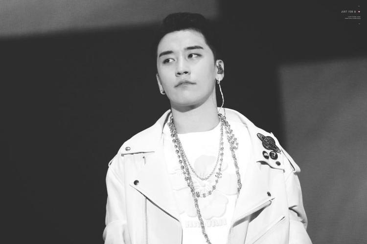 13 năm với quá nhiều đêm nhạc khủng, thương vô chừng Seungri (BigBang) khi anh vẫn sợ đứng hát một mình