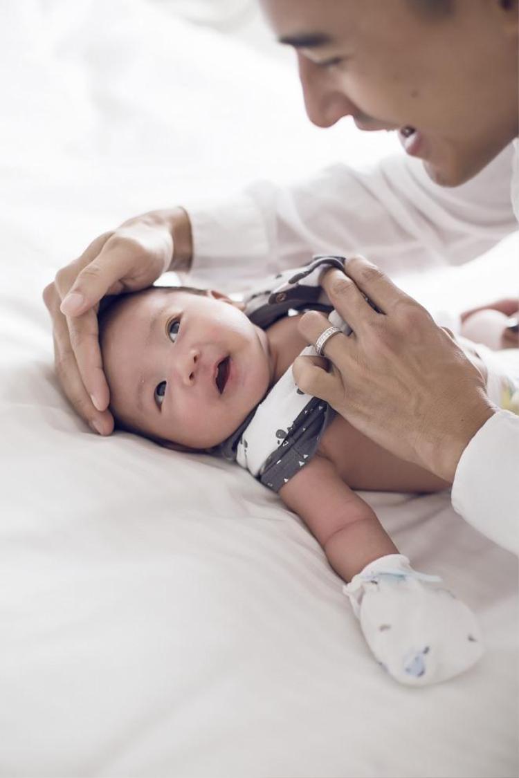 Thuý Diễm tâm sự, tháng đầu tiên khi em bé ra đời cũng là tháng bận rộn và rắc rối nhất của 2 vợ chồng vì chưa có kinh nghiệm chăm sóc con.