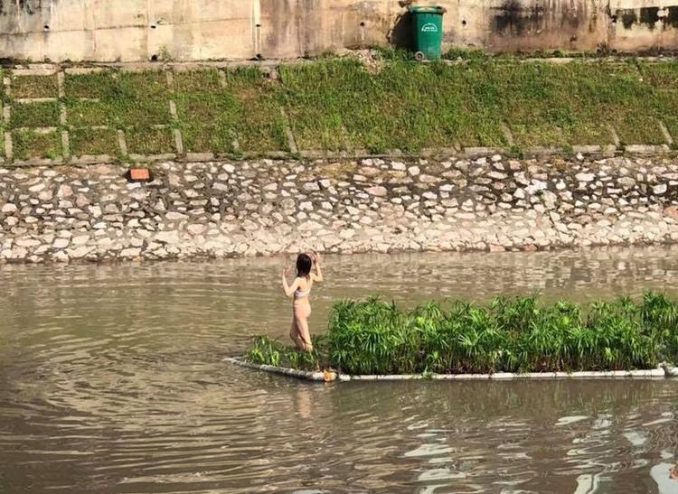 Cô gái khiến 2 bên bờ sông Tô Lịch tắc nghẽn.